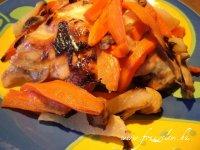 Csirkecombok zöldségágyon
