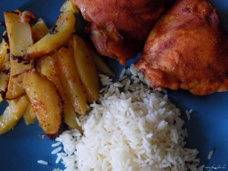 Sült csirkecombok újburgonya ágyon, rízzsel